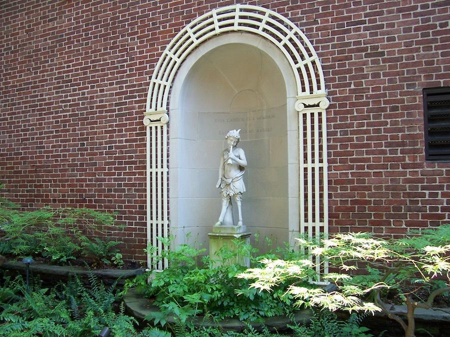 RISD_Museum_of_Art_courtyard_niche